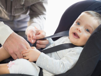 eltern-sichern-baby-im-kindersitz-auto