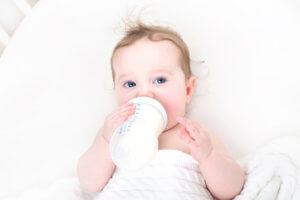 baby-mit-milch-aus-dem-flaeschen-ernaehren